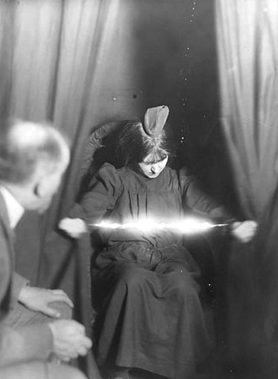 10 images étranges et sinistres de Séance du début du XXe siècle
